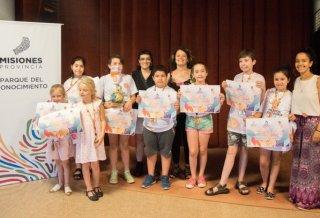 Niños y niñas felices juntos a las talleristas del cine para ninxs de Oberá.